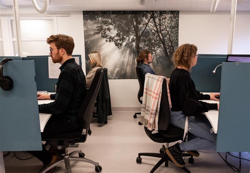 På Bjørgvin DPS utenfor Bergen sitter ansatte klare for å ta imot pasienter over nettet. Fra venstre Reidar Nævdal, Kjersti Skare, Øystein Stokkeland Duus og Hanne Gulbrandsen.