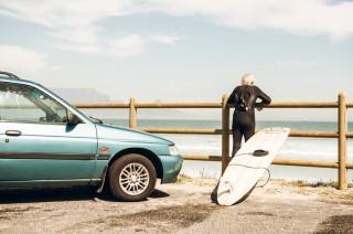Gammel mann med surfbrett