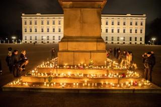 Blomster og lys på Slottsplassen til minne om Ari Behn som tok sitt eget liv i desember. Foto: Hallgeir Vågenes / VG