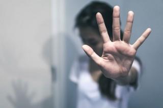 Mann sier nei ved å strekke fram hånden. Foto: Shutterstock