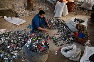 MOBILUTSLIPP En naturlig oppfølging av klimaregnskapet vil være å se nærmere på forbruk av eksempelvis mobiltelefoner, som bidrar vesentlig til klimautslipp når de blir produsert. I Dhaka i Bangladesh jobber denne mannen og kvinnen med å plukke ut deler s